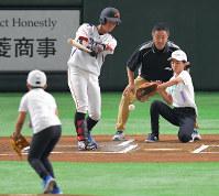 始球式で高橋叶羽さん(左)が投げた球を捕ろうとする姉陽菜さん(奥右)と審判を務めた父進也さん(同中央)=東京ドームで2018年7月21日、徳野仁子撮影