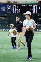 始球式を終え、グラウンドを後にする(左から)高橋叶羽さんと父進也さん、姉陽菜さん=東京ドームで2018年7月21日、玉城達郎撮影