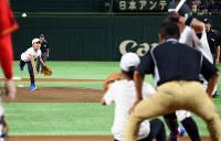 始球式で投球する(左から)高橋叶羽さんと姉陽菜さん、審判を務めた父進也さん=東京ドームで2018年7月21日、玉城達郎撮影