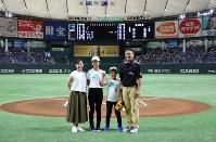 始球式前に記念写真に納まる(右から)高橋進也さん、叶羽さん、陽菜さんら=東京ドームで2018年7月21日、玉城達郎撮影
