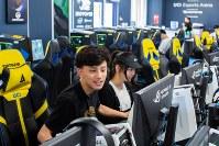 カリフォルニア大学アーバイン校のeスポーツ専用アリーナでゲームをして遊ぶ一般の学生=米カリフォルニア州アーバインで2018年7月20日、ルーベン・モナストラ撮影