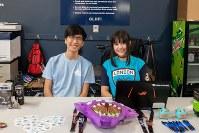 カリフォルニア大学アーバイン校で「ゲームクラブ」の勧誘をするDaisuke Otagiriさん(左)とアンジー・バスさん=米カリフォルニア州アーバインで2018年7月20日、ルーベン・モナストラ撮影