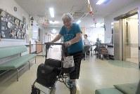 福祉避難所となっている施設で過ごす中野勝次さん=広島市安芸区中野東で2018年7月19日、津村豊和撮影