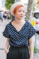 ドット柄のブラウスを着た女性=日本ファッション協会提供