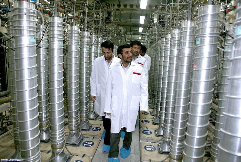 2008年4月、イラン中部のウラン濃縮施設で遠心分離器を視察するアフマディネジャド・イラン大統領(当時)=イラン大統領府サイトより