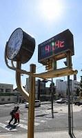 熊谷市内に設置された温度計。41・4度が表示されていた=埼玉県熊谷市で2018年7月23日午後2時29分、丸山博撮影