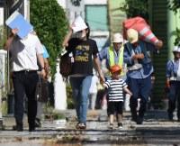 国内の最高気温を更新する41・1度を記録し、厳しい暑さの中を歩く人たち=埼玉県熊谷市で2018年7月23日午後2時47分、丸山博撮影