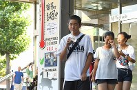 デパートの前に設置され、41・1度と書かれた温度掲示板=埼玉県熊谷市で2018年7月23日午後4時57分、丸山博撮影