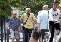 東京都内で初の気温40度越えとなる40・8度を記録し、猛暑の中を歩く人たち=東京都青梅市で2018年7月23日午後3時6分、竹内紀臣撮影