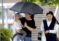 東京都内で初の気温40度越えとなる40・8度を記録し、猛暑の中を歩く人たち=東京都青梅市で2018年7月23日午後2時33分、竹内紀臣撮影