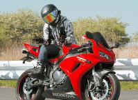 大切にしていた大型バイクにまたがる高田拓海さん=母親提供