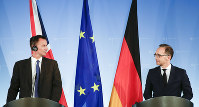 German Foreign Minister Heiko Maas, right, and his counterpart from Britain Jeremy Hunt brief the media after a meeting at the foreign ministry in Berlin, Germany, on July 23, 2018. (AP Photo/Markus Schreiber)