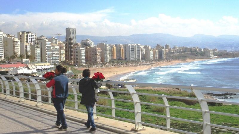 ベイルート市街西端のビーチを望む道で花を売り歩く姉弟。リゾート気分から現実に引き戻された(写真は筆者撮影)