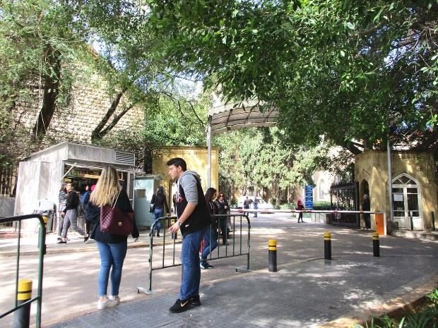 ベイルート・アメリカン大学のキャンパス前で。キリスト教徒の女子学生は普通に髪を見せている