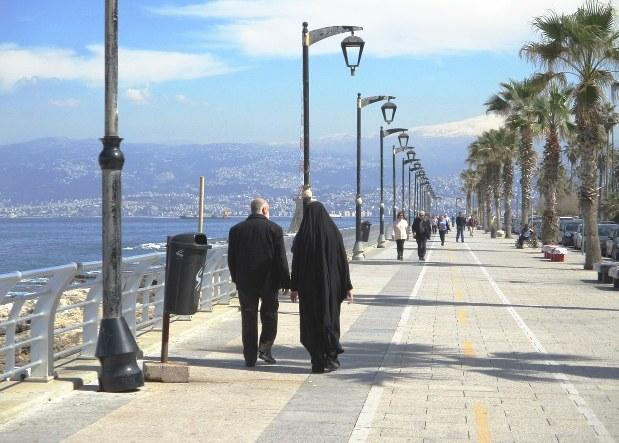 パリ通りの広い歩道で散歩やジョギングをする市民。服装は宗派によってさまざま