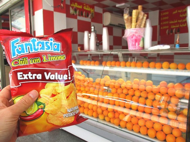 道ばたでオレンジジュースやスナック菓子を売るスタンド。スナック菓子は輸入品ではなく当国製