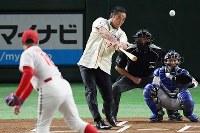 一球対決する松中信彦さん(中央)と杉浦正則さん(左)=東京ドームで2018年7月24日、山田尚弘撮影