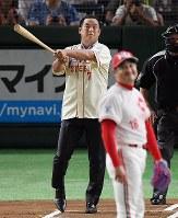 一球対決し、打球の方向を見る松中信彦さん(奥)と杉浦正則さん=東京ドームで2018年7月24日、山田尚弘撮影