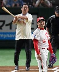 一球対決し、打球の方向を見る杉浦正則さん(手前)と松中信彦さん=東京ドームで2018年7月24日、山田尚弘撮影