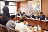 オウム真理教の後継団体について、行政や警察などの担当者が意見を交わした=金沢市役所で