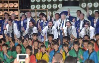 東京五輪まで2年となり、カウントダウンイベントで記念写真に納まる小池百合子都知事(中央左)、森喜朗組織委員会長(同右)、池江璃花子さん(前列右から2人目)ら=東京都墨田区で2018年7月24日、藤井達也撮影