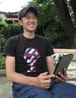 「自分の人生は自分で決める」と笑顔で語りながら虐待防止を訴える橋本隆生さん=東京都内で、坂根真理撮影