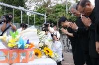 献花台に献花して手を合わせる入倉かおる園長(右から3人目)ら=神奈川県相模原市で2018年7月26日午前8時27分、宮武祐希撮影