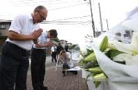 献花台に献花して手を合わせる人たち=相模原市緑区で2018年7月26日午前8時41分、宮武祐希撮影