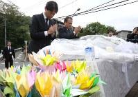 献花台に献花して手を合わせる人たち=神奈川県相模原市で2018年7月26日午前9時3分、宮武祐希撮影