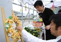 献花台を飾り付ける入倉かおる園長(右から2人目)=神奈川県相模原市で2018年7月26日午前7時47分、宮武祐希撮影