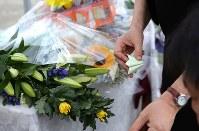 献花台を飾り付ける入倉かおる園長の手=相模原市緑区で2018年7月26日午前7時47分、宮武祐希撮影