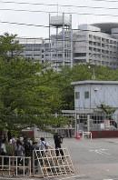 端本悟死刑囚らの刑が執行された東京拘置所。大勢の報道陣が集まった=東京都葛飾区で2018年7月26日午前8時55分、長谷川直亮撮影