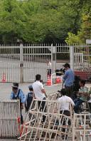 東京拘置所前に集まった大勢の報道陣=東京都葛飾区で2018年7月26日午前9時17分、長谷川直亮撮影