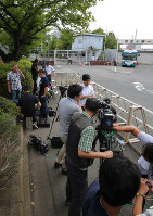 東京拘置所前に集まった大勢の報道陣=東京都葛飾区で2018年7月26日午前8時46分、長谷川直亮撮影
