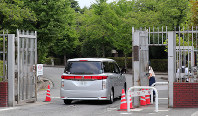午前6時54分、執行に立ち会う検察官が乗ったと見られる車両が東京拘置所に入った=東京都葛飾区で2018年7月26日、長谷川直亮撮影(画像の一部を加工しています)