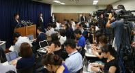 記者会見する上川陽子法相(左端)=法務省で2018年7月26日午前11時17分、長谷川直亮撮影