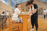 西日本豪雨で大きな被害が出た広島市安芸区で避難所となっている市立矢野南小の体育館では、避難している同矢野小の子どもたちのために学習机が置かれている=広島市安芸区で2018年7月26日午後5時10分、和田大典撮影
