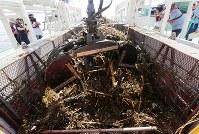 海面清掃船「おんど2000」に回収された海上に浮かぶ漂流ごみ=広島県呉市沖で2018年7月25日午後3時3分、貝塚太一撮影