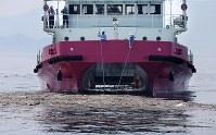 海上に浮かぶ漂流ごみを回収する海面清掃船「おんど2000」=広島県呉市沖で2018年7月25日午後2時27分、貝塚太一撮影