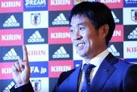 サッカー日本代表の新監督に就任が決まり、ポーズをとる森保一氏=東京都港区で2018年7月26日午後7時45分、小川昌宏撮影
