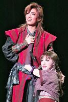 天草四郎(明日見りお・左)は、聖母マリアのモデルをしていた流雨(仙名彩世)と出会い、互いに惹かれ合う=宝塚大劇場で