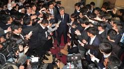 大勢の報道陣を前に辞意を表明した福田淳一財務事務次官 (中央、肩書きは当時) =2018年4月18日、渡部直樹撮影