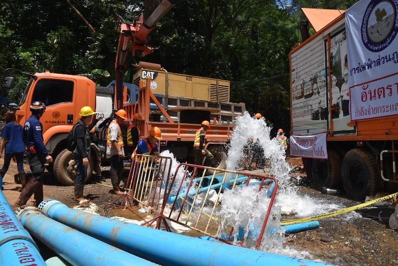 急ピッチで進められた洞窟内の排水作業=タイ北部チェンライ県で2018年7月5日、西脇真一撮影