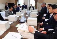 森友学園に関する文書が提出された衆院予算委理事懇談会=国会内で2018年5月23日、梅村直承撮影