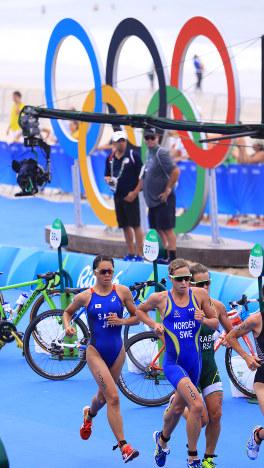 暑い中で行われたリオデジャネイロ五輪のトライアスロン。2020年東京五輪も酷暑が予想される=梅村直承撮影