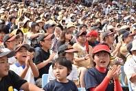 日米対抗ソフトボールには子どもからお年寄りまでが駆けつけた=福島市の県営あづま球場で6月23日、寺町六花撮影