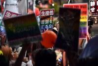杉田水脈衆院議員のLGBTに関する寄稿について自民党本部前で抗議する人たち=東京都千代田区で2018年7月27日午後7時19分、宮間俊樹撮影