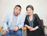 歌手の由紀さおりさん(右)と落語家の桂南光さん=大阪市中央区で2018年7月3日、梅田麻衣子撮影