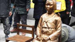 元従軍慰安婦を象徴する「平和の碑」。ソウルの日本大使館前に設置された2011年12月14日、筆者が撮影した