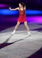 アイスショーで華麗な演技をする本田真凜=丸善インテックアリーナ大阪で2018年7月28日、木葉健二撮影